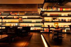 最近、東京で老若男女問わず支持を集めている、ブックカフェ。書店にカフェスペースを設けているところもあれば、カフェの一角に読書スペースを作っているお店もあります。どのブックカフェも、居心地の良さを考えた店づくりをしていて、店内のさまざまな本を、こだわりのコーヒーやビール、カクテルを飲みながら楽しむことができます。お腹が空けばランチもおつまみも提供してくれるので、自宅にいるよりもくつろいでしまうという人もたくさんいます。そんな丸一日でも過ごしたくなる、おすすめのブックカフェをご紹介します。