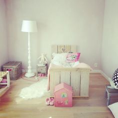 Lieve #kinderkamer met steigerhouten bed | Cute #kidsroom with wooden bed