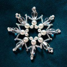 Bílá 08 Originální drátkovaná korálková ozdoba tvořená ze skleněných broušených korálků, voskovaných perliček a skleněného rokajlu s očkem na zavěšení. Ozdoba je prostorová má pevný základ a hezky drží tvar. Vhodná jako dekorace do bytu či jako vánoční ozdoba na stromeček. Rozměry: průměr cca 6,5 cm Barvy: bílá a perleťová / čirá / stříbrná Délka ... Christmas Ornaments To Make, Snowflake Ornaments, Beaded Ornaments, Christmas Snowflakes, Christmas Crafts, Homemade Christmas Decorations, Beads And Wire, Beaded Jewelry, Stars