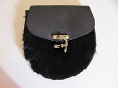 Sporran moderno feito em couro, com pele de coelho de coloração preta e com costura manual.