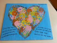 Canvas doek, hart erop schilderen en alle kids er een handafdruk op laten zetten. Lieve woorden of gedicht erbij, klaar! Ook leuk voor afscheid van stagiaire.