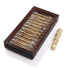 Коллекция 12 датских коклюшек для кружева из кости, стеклянный бисер и  жемчуг,  в коробке и резной костяной игольник. 19-го века.