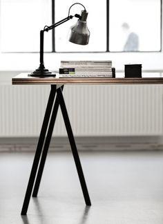Met de Loop Stand staanders van Hay stel je eenvoudig je eigen tafel samen. Combineer de schragen met een van onze werkbladen voor een persoonlijk geheel. www.houtmerk.nl