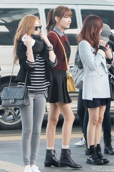 Jessica: Black short cardigan+black and white stripes+faded jeans+white oxfords+black scarf