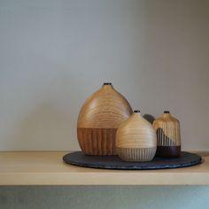 """2017.07.16 木工作家・フジタ マリさんの作品が届きました。十二ヵ月では初めてのご紹介になります。 ・ 現在、恵那市岩村町(岐阜県)に工房を構えるフジタさんは、家具やインテリア小物、アクセサリー作品を展開する木工作家さん。木のもつ自然の彩りを活かした象嵌を多用し、アイデンティティーのあるデザインが特徴的です。 ・ 今回は、この""""Bottle""""のほか、アクセサリーを中心に並びました。準備が整いましたら、改めてご紹介いたします。"""
