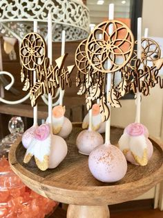 Take a look at the stunning cake pops at this Boho Chic Baby Shower! See more p. Take a look at the stunning cake pops at this Boho Chic Baby Shower! See more party ideas and shar Baby Shower Elegante, Baby Shower Boho, Baby Shower Cake Pops, Shower Bebe, Shower Cakes, Bridal Shower, Bohemian Cake, Bohemian Party, Boho Party Ideas