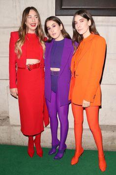 Haim Kardeşler'den Renkli Takım Dayanışması Fotoğraf: Getty Images Turkey  Küçükken kız kardeşimizle uyumlu giyindiğimizde, kardeşimize düşman kesilir ya da annemize küserdik, ancak bu sezon yüksek uyum modanın yeni gözdesi! Haim grubunun üyeleri, Este, Danielle ve Alana Haim, dün sokak stilindeki renkli ve uyumlu stilleriyle dikkat çekti. Londra'da gerçekleşen BRIT Awards 2018'e katılan kız kardeşler, ödül töreni sonrası rengarenk takım görünümleriyle after-party'e katıldı.