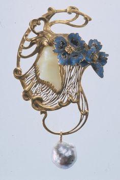 René Lalique. Pendentif Tēte de femme coiffée de deux fleuri de pavot.