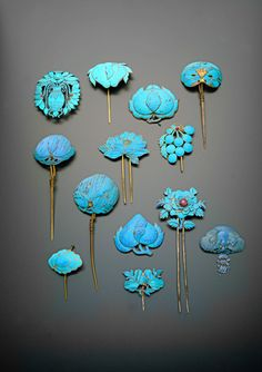 THIRTEEN CHINESE GILT METAL AND KINGFISHER FEATHER HAIRPINS QING DYNASTY Provenance: a private collection, London. Cf. V M Garrett, A Collector's Guide to Chinese Dress Accessories, p.79, pl.16, for hairpins of similar style.