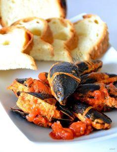 Le cozze ripiene al sugo, sono un secondo di pesce tipicamente regionale. Un piatto tipico della tradizione culinaria pugliese.   Cozze ripiene Ingredienti per il ripieno: 2 panini raffermi 500 gr di cozze 1 spicchio di aglio prezzemolo (q.b.) pepe (q.b.) sale (q.b.) formaggio rodez (q.b.) 2 uova piccole Ingredientiper il sugo: 1 spicchio […]