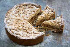 Deze appelkruimeltaart is een variatie op mijn favoriete appeltaartrecept. De kruimels geven de taart net een andere textuur dan een gewone appeltaart.