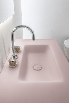 Manhattan collection of bathroom furniture, by Oasis. The washbasin in this version comes by glass, in the same color as the side panels and the doors.