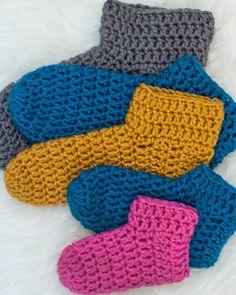 Crochet Socks Tutorial, Easy Crochet Slippers, Crochet Baby Socks, Crochet Socks Pattern, Crochet Toddler, Basic Crochet Stitches, Crochet Basics, Crochet Yarn, Crochet Patterns