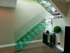 Glastreppe mit tragender geländerhoher Wange.