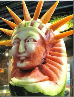watermelon art- statue of liberty patriotic Veggie Art, Fruit And Vegetable Carving, Veggie Food, Watermelon Art, Watermelon Carving, Fruits Decoration, Buffet Dessert, Food Sculpture, Creative Food Art