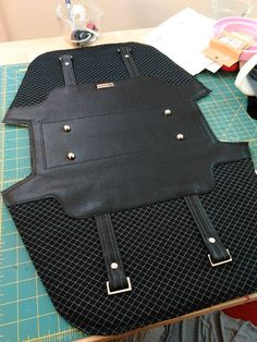 Vacuuming the Lawn: Construction photos of the Blue Calla Boronia Bowler Bag Voting is Now Open! Handmade Handbags, Leather Bags Handmade, Handmade Bags, Leather Bag Tutorial, Leather Bag Pattern, Diy Bags Purses, Backpack Pattern, Bag Patterns To Sew, Leather Projects