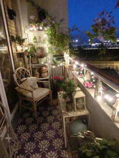 kleiner beleuchteter Balkon,  Balkonideen, Balkongestaltung, Balkonbepflanzung
