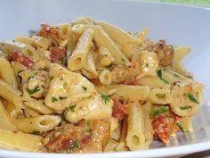 Pennes au poulet, à la saucisse italienne grillée et à la sauce crémeuse de tomates séchées au romarin