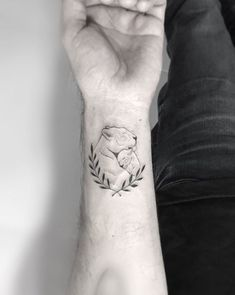 Image may contain: one or more people and closeup tatoo feminina - tattoo feminina delicada - tattoo Mommy Tattoos, Mutterschaft Tattoos, Mommy Daughter Tattoos, Tattoo Mama, Name Tattoos For Moms, Motherhood Tattoos, Cubs Tattoo, Baby Name Tattoos, Tattoo For Son