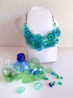 Cecilia Creations - Yannick y Annick Woungly Reuse Plastic Bottles, Plastic Bottle Flowers, Plastic Bottle Crafts, Plastic Art, Plastic Jewelry, Recycled Bottles, Recycled Jewelry, Recycled Crafts, Handmade Jewelry
