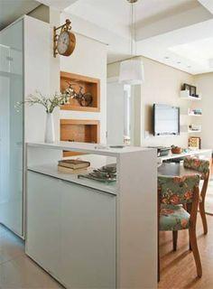 Recortes simétricos no teto criam unidade visual nas salas de jantar e estar. Para obter esse efeito, o forro teve de ser rebaixado com gesso. Lâmpadas dicroicas embutidas garantem iluminação suave.Rebaixamento de gesso: Na sala e na cozinha. Gesso Vital, R$ 1 800Vaso de vidro: Tem 28 cm de altura. Tok & Stok, R$ 26,50