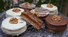 Argentinian cookies with walnut and dulce de leche Gourmet Recipes, Sweet Recipes, Cookie Recipes, Broccoli Risotto Recipe, Argentine Recipes, Chilean Recipes, Argentina Food, Chocolates, Cupcake Cookies