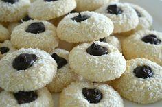 Deze kokos-maizenakoekjes had ik al eens geplaatst, maar nu wat opgepimpt met chocolade in het midden. Simpel te maken, maar zo lekker... Dutch Cookies, Cake Cookies, Donut Muffins, Doughnut, Biscuits, Cooking Cookies, Pie Cake, Coco, Cookie Recipes