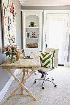 Preppy spring home office - Daily Dream Decor הקיר האפור, העץ השטוף, הכרית הירוקה... שלמות.