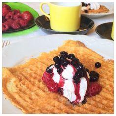 Det är enkelt att vispa ihop våffelsmet. Dessa glutenfria, sockerfria och mjölkfria våfflor är mättande och fluffiga och blir bättre om de får gräddas ordentligt, dvs låt dom få ordentligt med färg... Lchf, Paleo Waffles, Dairy Free, Gluten Free, Sugar Free, Low Carb, Pancakes, Breakfast, Desserts