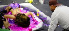 Γυμνά μοντέλα-πινέλα βουτήχτηκαν στο χρώμα, κυλίστηκαν στους καμβάδες και ζωγράφισαν [ΕΙΚΟΝΕΣ]