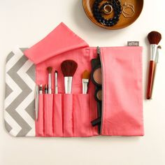 Ideia para bolsa de maquiagem - Travel Makeup Case - Grey Chevron with Coral – effie handmade Makeup Brush Bag, Makeup Wipes, Makeup Pouch, Makeup Case, Makeup Brushes, Makeup Travel Case, All Natural Makeup, Travel Jewelry Organizer, Grey Chevron