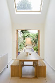 10 Narrow Dining Tables For A Small Dining Room: Table: Narrow Dining Tables For Cozy Dining Furniture – Modern House Tables Étroites, Narrow Dining Tables, Small Dining, Narrow Kitchen, Terraced House, Interior Architecture, Interior And Exterior, Dinning Table Design, Narrow House