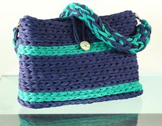 Crochet XXL  Bolso de trapillo Azul marino rayas verde por Gnolo Yarn Projects, Crochet Projects, Knitted Bags, Bucket Bag, Straw Bag, Purses, Crocheting, Ideas, Shoes