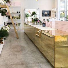 """Ha en """"gull"""" dag😄 inspirasjonsbilde fra pinterest. Sjekk ut så fint det ble men """"gull"""" hjemme hos @nordic_by_maag 👏👏 dinevakreting.no har gull detaljer som pynter opp. #gull#interiør#golden#kjøkken#benk#inspo #inspirasjon #inspiration #kitchen"""