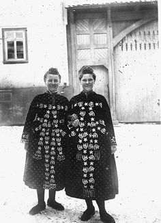 Zwei Frauen in Hüttenberger Tracht, undatiert Folklore, Nassau, Folk Costume, Costumes, German Folk, Eastern Europe, Vintage Photography, Traditional Outfits, Vintage Photos