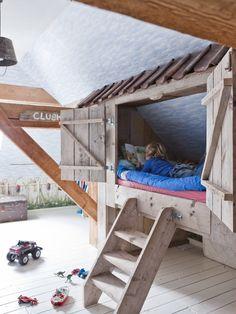 Stoer boomhut bed voor onze oudste kanjer gemaakt van sloophout en oude bouwmaterialen. De lampenkapjes heb ik van omgekeerde zinken emmers gemaakt.  Foto gemaakt door de Ariadne voor de kinderspecial voorjaar 2011