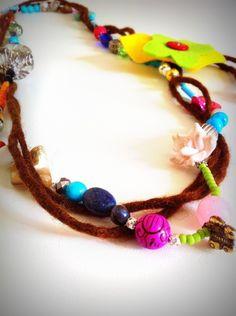 Collana con mix di perle e decorazione in feltro
