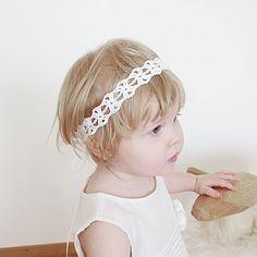 Deze sweet pearl wit gehaakt kant hoofdband perfect als is: -pasgeboren cadeau -baby foto prop -bloemenmeisje hoofdband -junior bruidsmeisje hoofdband -peuter hoofdband -peuter meisje cadeau -Doop kroon, enz.   DETAILS EN BESCHRIJVING Deze Gehaakte hoofdband is zorgvuldig gehaakte uit parel wit zuiver linnen garen en compleet met wit satijnen linten aan verstelbare lengte toestaan.  Maten: -Haak middengedeelte: 37 x 2,5 cm (14,5 x 1 inch) -volledige lengte met satijnen banden ca.: 137 cm (54…