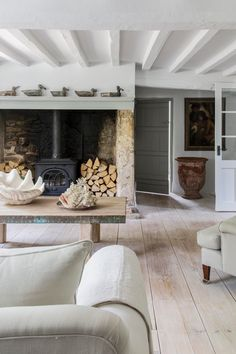 29 Trendy Home Living Room Fireplace Beams Cottage Living Rooms, Cottage Interiors, Small Living Rooms, Home Living Room, Living Room Decor, Cotswold Cottage Interior, Style At Home, Country Style Homes, Cottage Style
