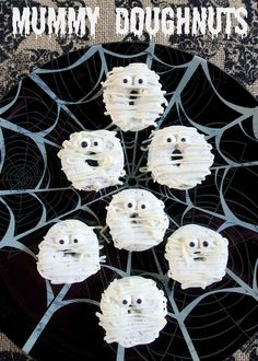 Mummy Doughnuts - doctor up some powdered doughnuts for quick Halloween breakfast idea - also great for classroom parties! recipes for halloween Halloween Donuts, Halloween Desserts, Scary Halloween Treats, Sac Halloween, Postres Halloween, Halloween Breakfast, Halloween Snacks For Kids, Hallowen Food, Holidays Halloween
