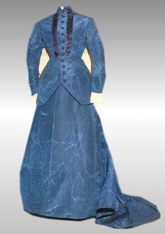 """1870's tailored dress, seller's description: """"robe tailleur des années 1870 en soie moirée de couleur bleu de prusse. Beau modele à traine, fermant à l'avant par crochets. En bel état de conservation comme le montre les photographies, mais plusieurs restaurations sont à signaler (notamment sur l'une des épaules). Griffée sur la ceinture interne du corsage."""""""