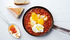Shakshuka ist DAS israelische Nationalgericht. Die Eier garen hier in einer aromatischen Sauce aus Tomaten, Paprika und Zwiebeln – lecker und Low Carb!