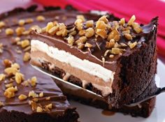 Torta de Sorvete de Chocolate com Marshmallow- I can't undestand the recipe but looks yummy, may be worth translating! Köstliche Desserts, Delicious Desserts, Yummy Food, Sweet Recipes, Cake Recipes, Dessert Recipes, Yummy Treats, Sweet Treats, Let Them Eat Cake