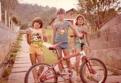 Ou andar de bicicleta — naturalmente, sem capacete (ride a bike without a helmet) Bmx Cycles, Childhood Memories, Cycling, Nostalgia, Helmet, Bicycle, Movie, Antique Bicycles, People Photography