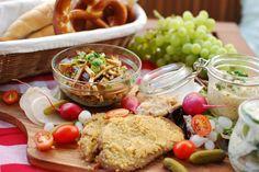 Bei Cookies n'Style gibt es eine typische Wiener Brettljause zu bestaunen:  Vurstsalat, Liptauer, Schnitzel, Gurkensalat, Radieschen, Tomaten, Essiggurken, frischer Rettich, Zwiebelschmalz und Perlzwiebeln