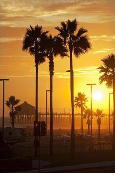 Huntington Beach, California, the golden hour! West Coast California, California Sign, Southern California Beaches, Long Beach California, California Places To Visit, Surf Trip, Surf City, City Of Angels, Huntington Beach