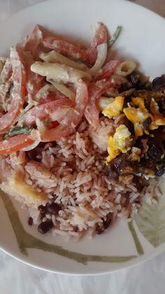 Arroz de feijão, carne de sol com ovo mexido e salada de macarrão