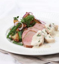Helstekt svinefilet med soppsaus smaker fantastisk. Indrefilet av svin egner seg godt til å steke hel i ett stort stykke, eller som biffer.