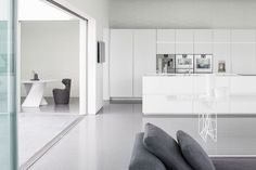 Layers of white – this is how the architects from Pitsou Kedem Architects call their new penthouse project located in Tel Aviv. Pitsou Kedem, Exterior Cladding, Contemporary Interior Design, Contemporary Kitchens, Modern Kitchens, Living Styles, Cuisines Design, Deco Design, Minimalist Home