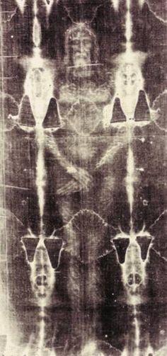 Sacra Sindone di Torino: l'impronta del corpo di Cristo avvolto nel sudario dopo la Crocifissione.